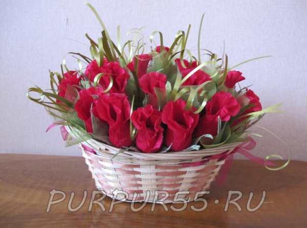Красные розы в корзинке